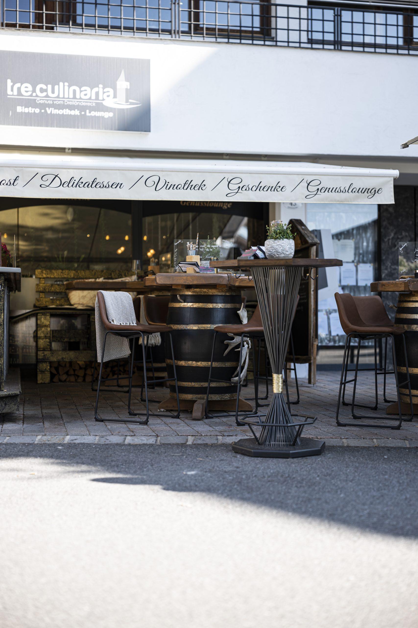 Bar mit Stehtisch der Möbelschlosserei VINDU Stylez