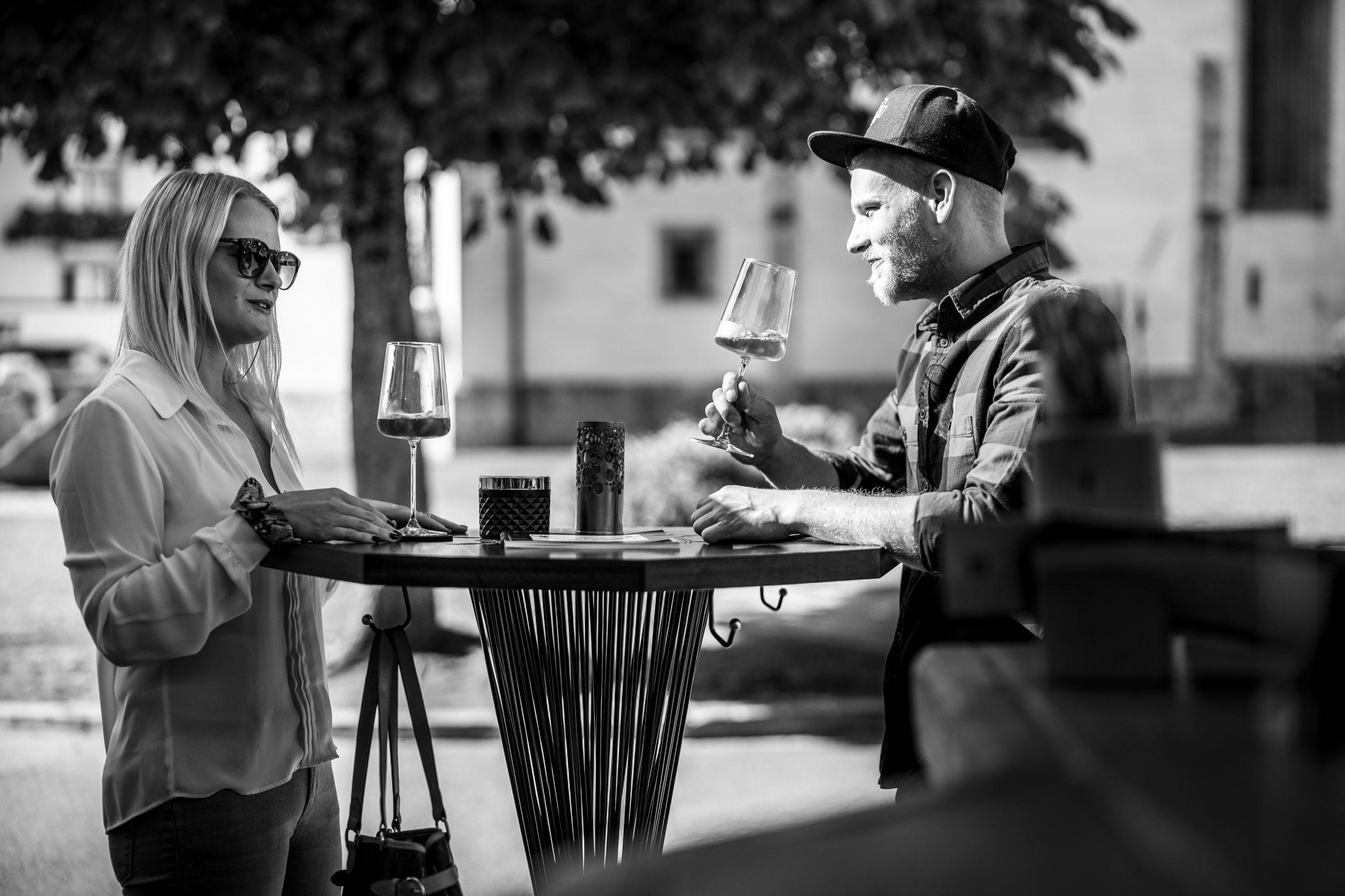 Bar-Stehtisch mit Personen der Möbelschlosserei VINDU Stylez