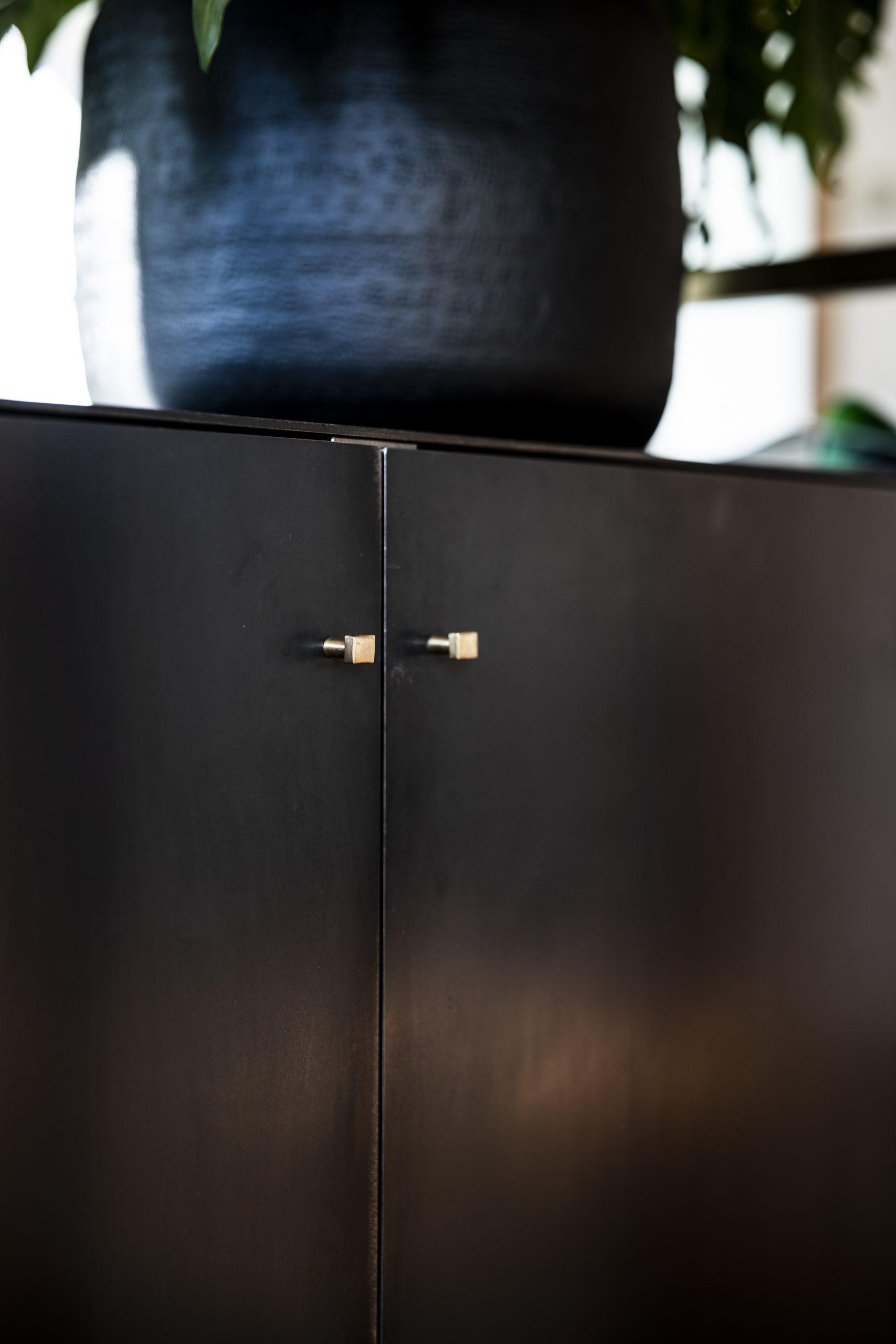 Kommode Detail Griffe der Möbelschlosserei VINDU Stylez