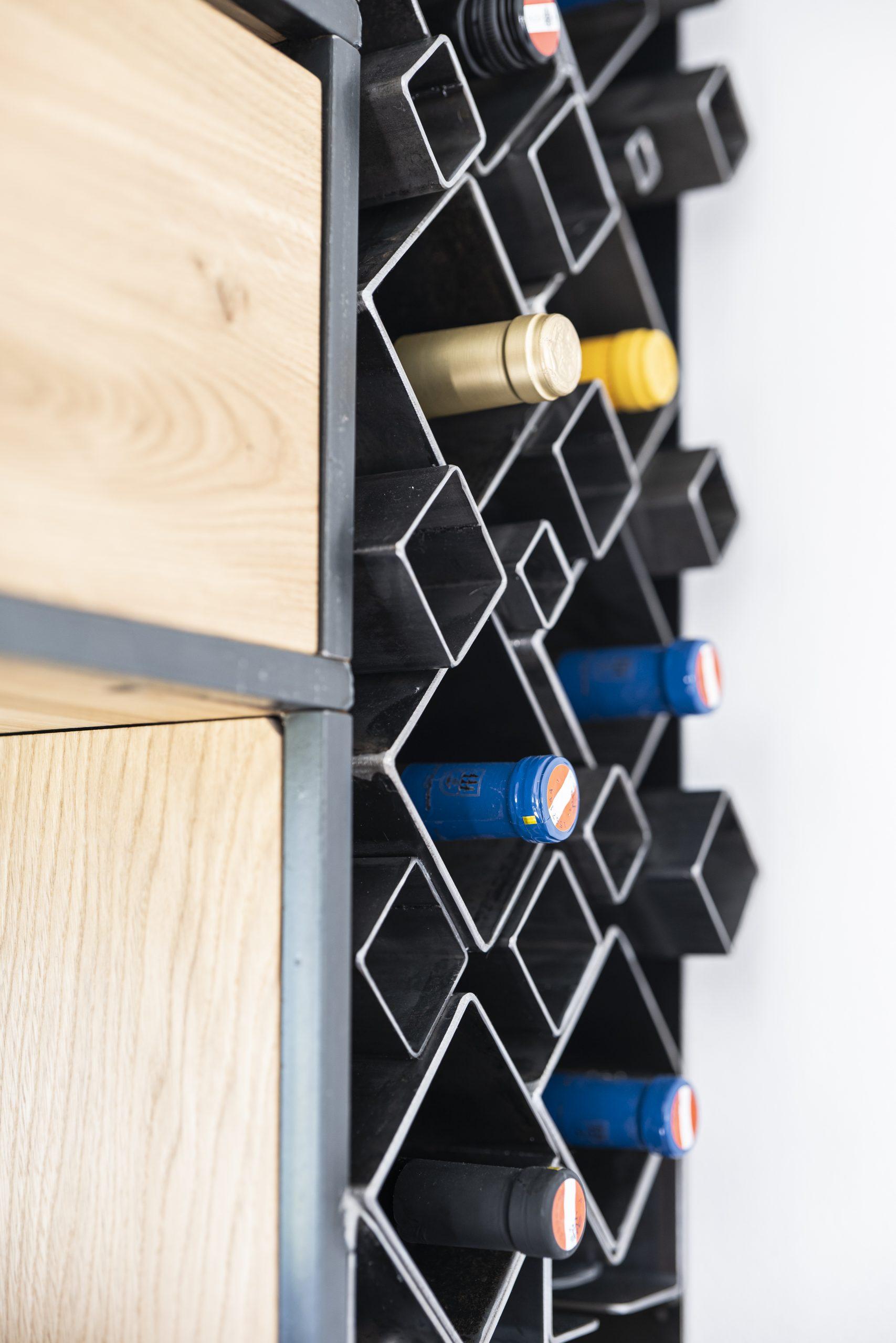 Küchenschrank Flaschen Detail der Möbelschlosserei VINDU Stylez